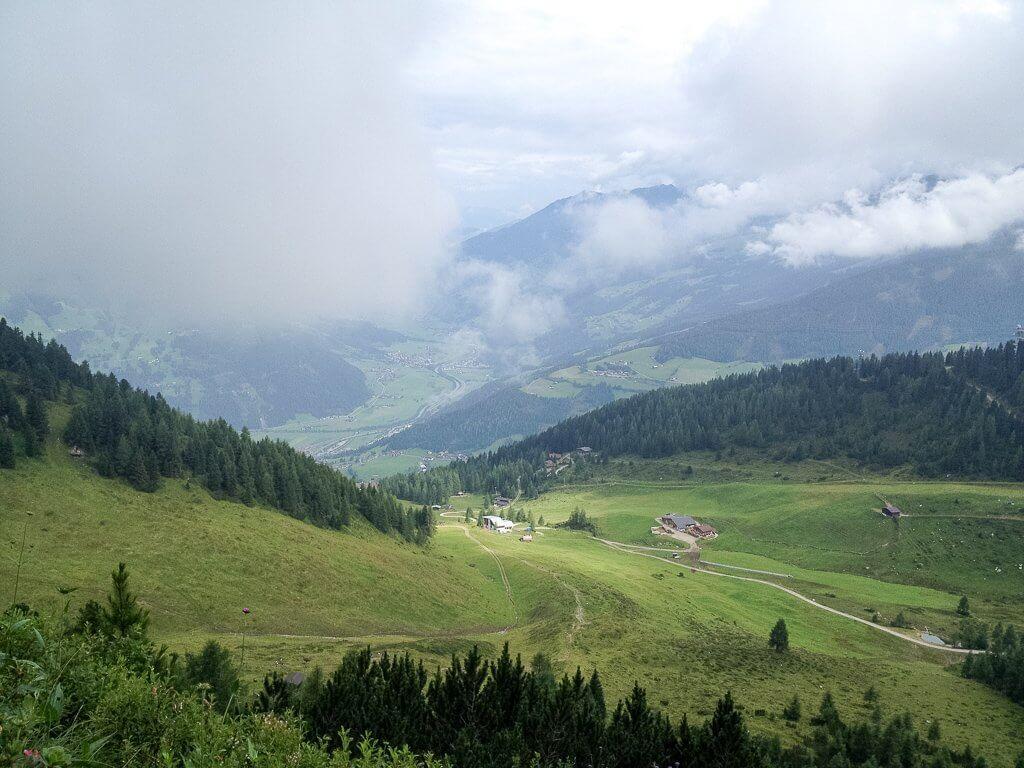 Ausblick auf die Gerlossteinalm - grüne Wiesen in den Bergen