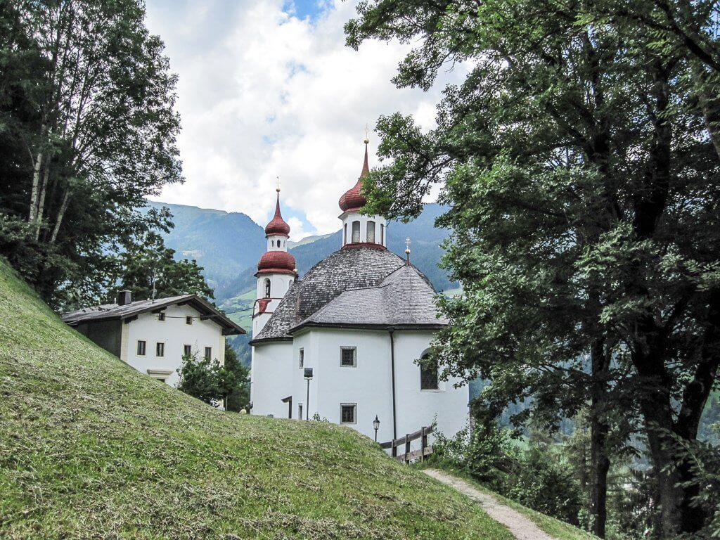 Wallfahrtskirche Maria Rast - zwischen Bäumen