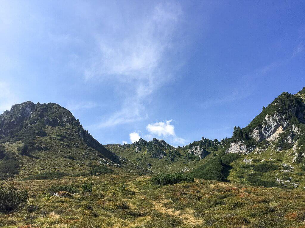 Wanderweg in grünen Wiesen und Bergen