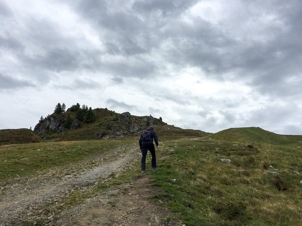 Mann klettert auf einem steilen Weg einen Berg hinauf