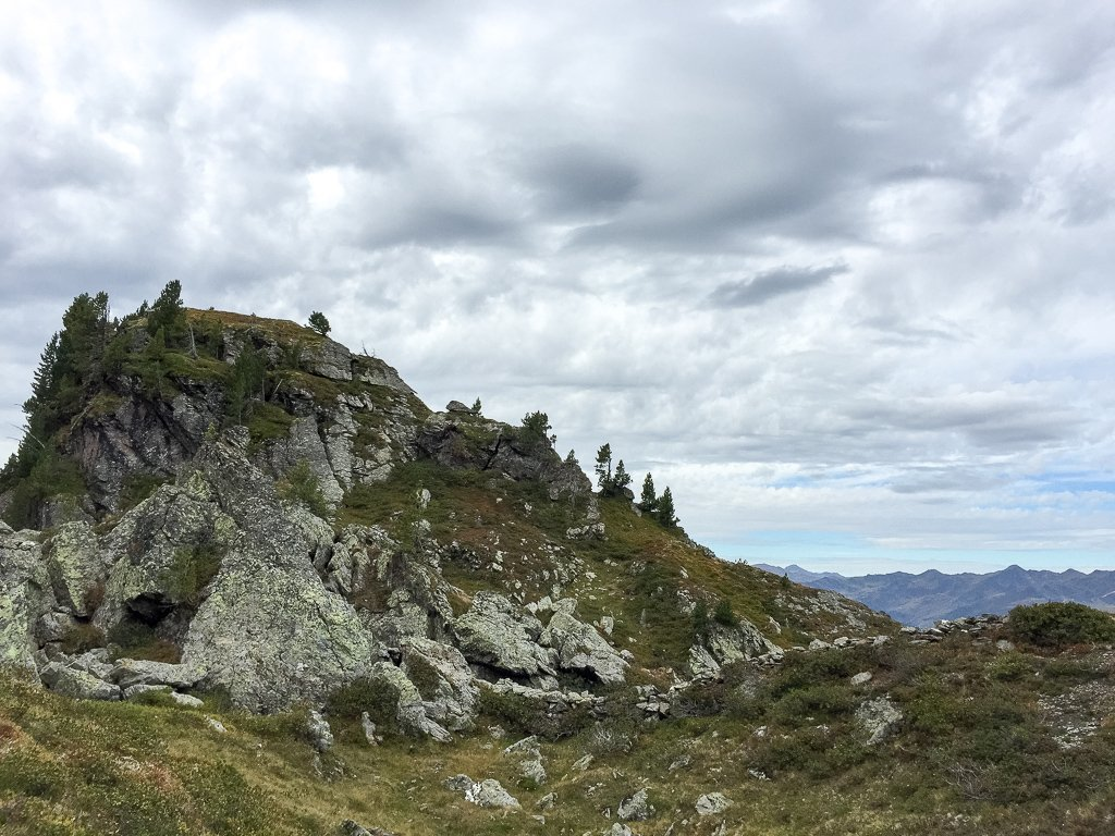 Felsen mit kleinen Sträuchern