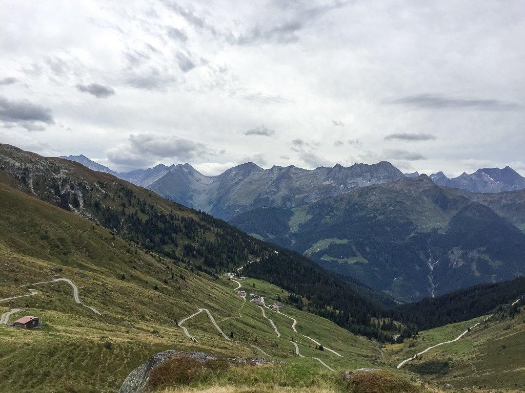 Berg mit Wegen durchzogen
