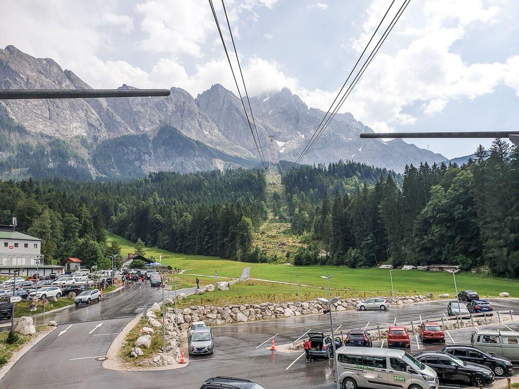 Parkplatz einer Gondelbahn mit Blick auf die Zugspitze