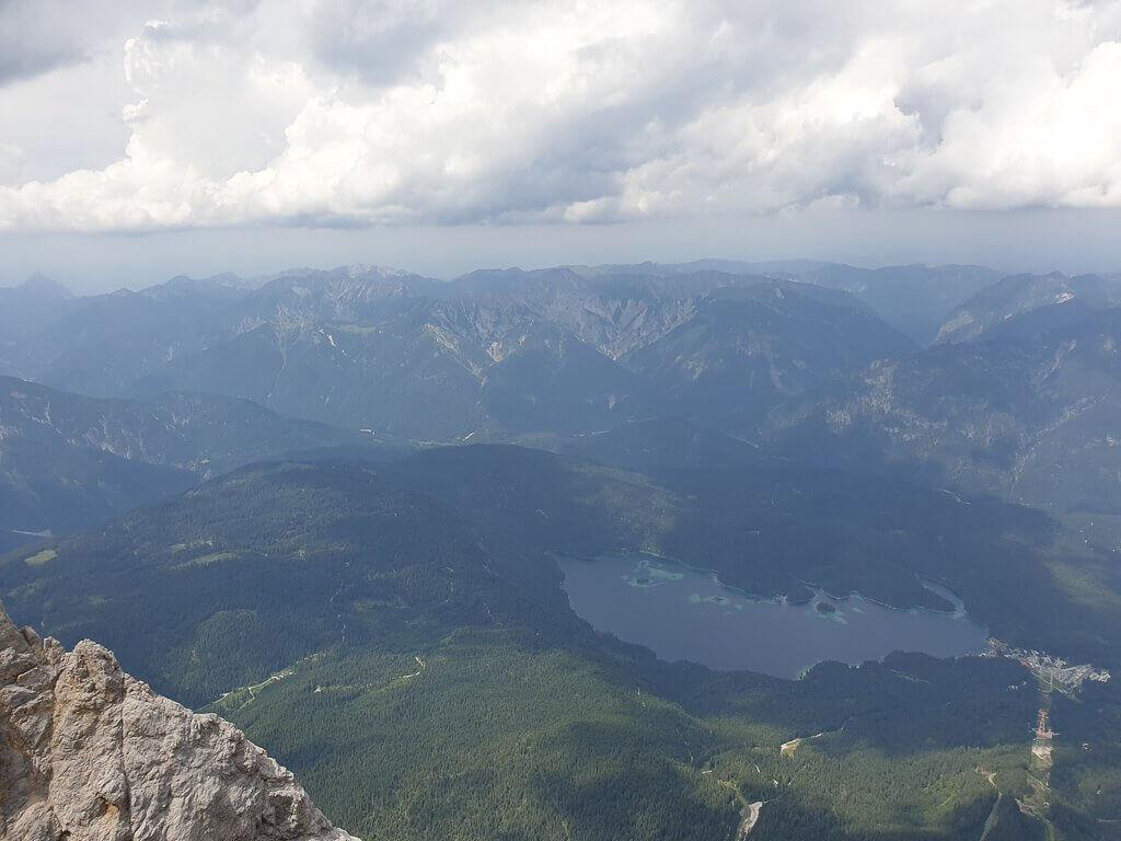 See inmitten grüner Berge von oben gesehen