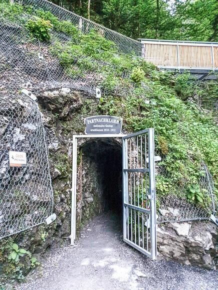 Eingang zur Partnachklamm im Felsen