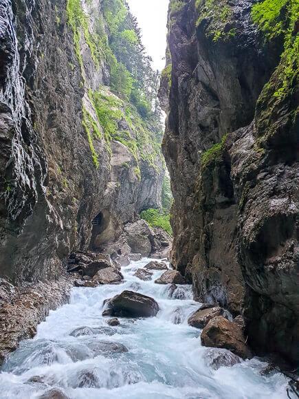 Fluss fließt zwischen Steinwänden in der Klamm