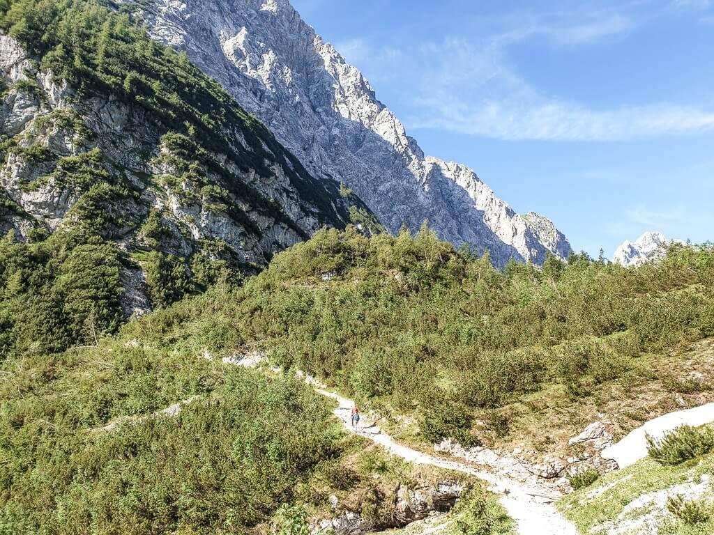 Wanderweg auf einem grünen Hügel