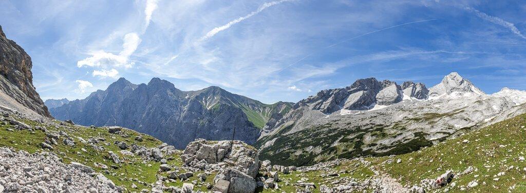 Bergpanorama mit grünen Wiesen