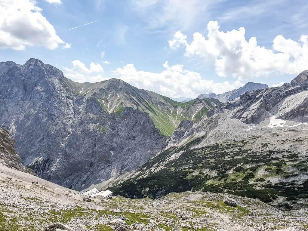 felsige Berge mit Wanderwegen