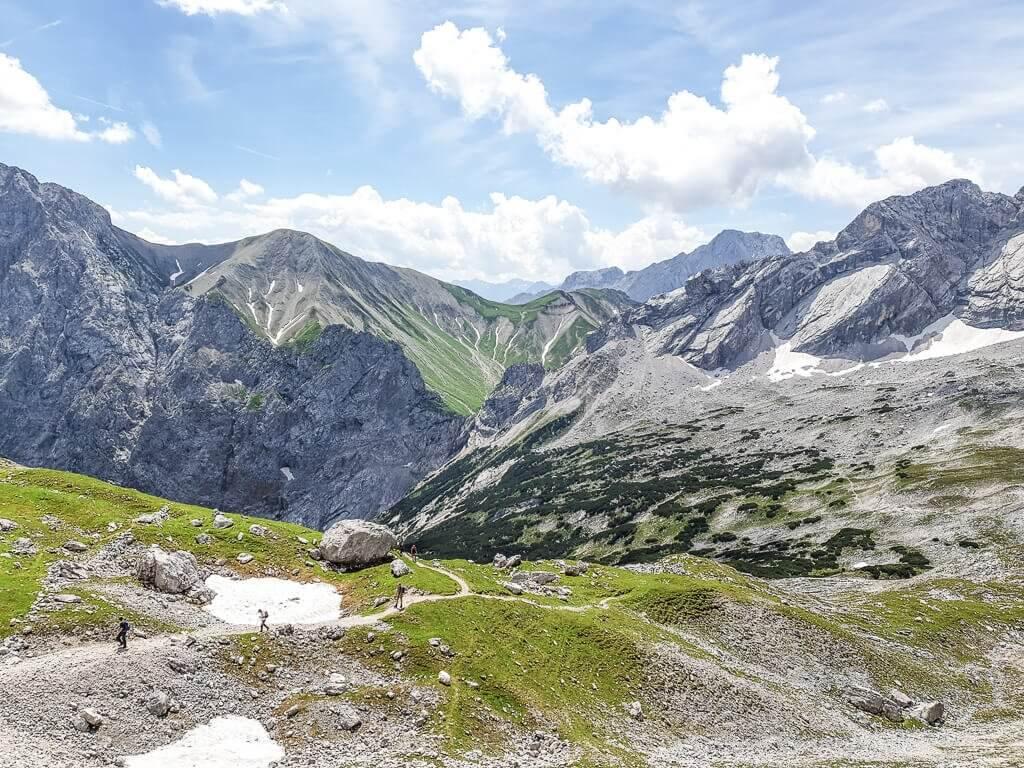Wanderweg zwischen Wiesen und Felsen auf dem Weg zur Zugspitze