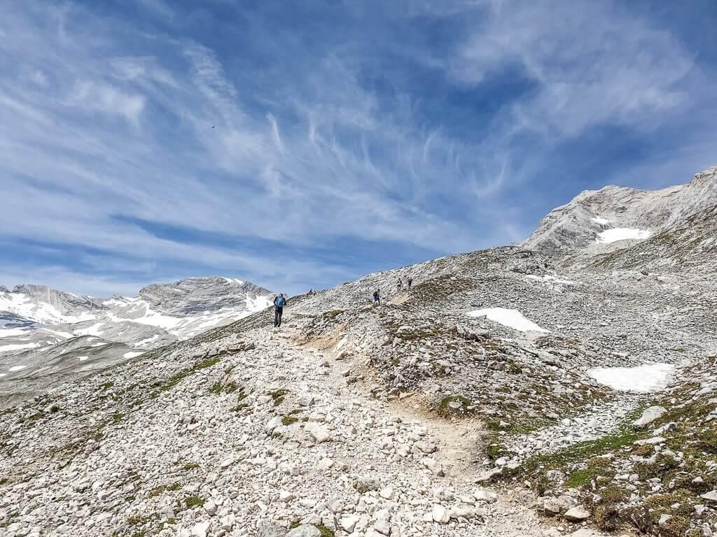 Wanderweg auf einem Felsgrat