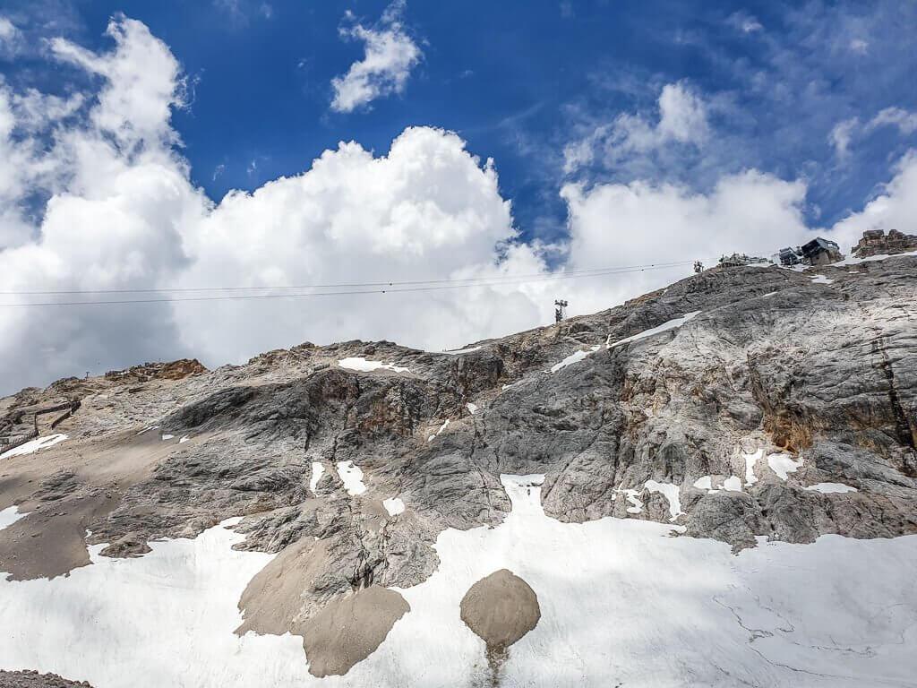 Gondelbahn auf den Gipfel der Zugspitze, Berg aus Felsen mit Schnee