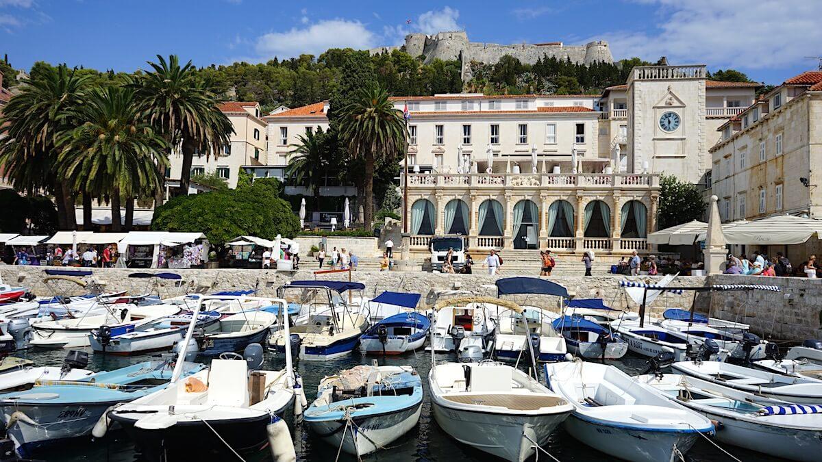 Boote liegen im Hafen der Kroatischen Insel Hvar